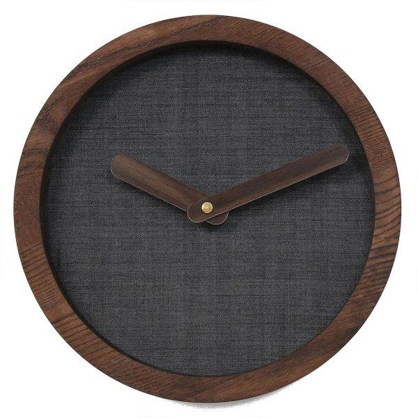 tamsus laikrodis ant sienos
